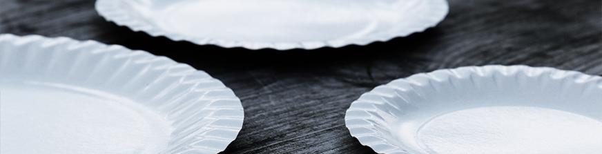 Borden, soepkommen en bestek in zowel karton als plastic